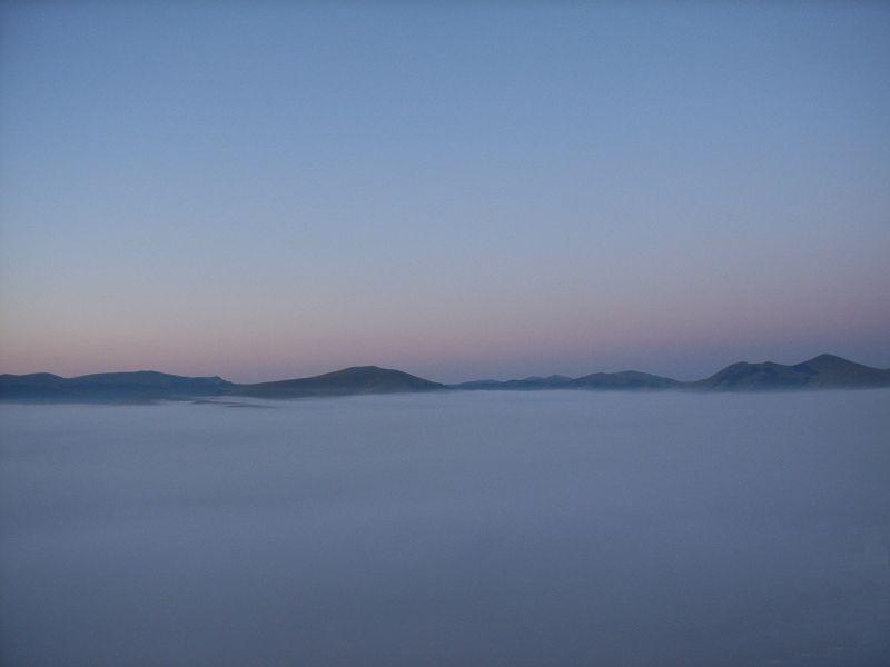 Monti Sibillini - ore 5,03 nebbia a Castelluccio di Norcia